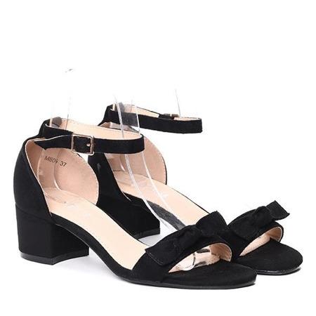 Czarne sandały na słupku- Obuwie